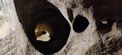 Buchi nella roccia alla Buca del Corno