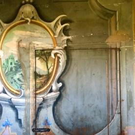 Particolare decorazione porta a scomparsa