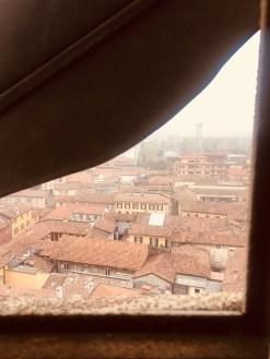 la finestrella all'altezza dell'orologio della Torre Civica di Treviglio