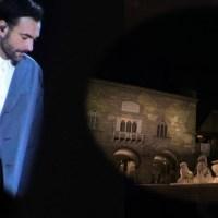 A Bergamo Marco Mengoni canta l'Anno che Verrà (video e testo) nel primo anniversario del COVID in Italia