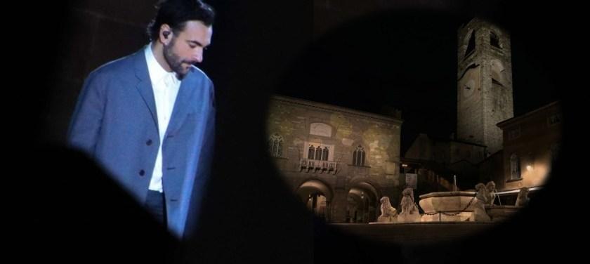 Marco Mengoni interpreta la cover de L'anno che verrà di Lucio Dalla a Bergamo
