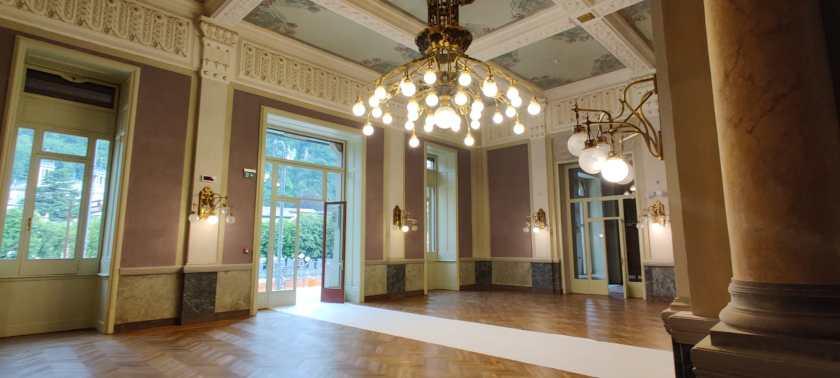 La hall del Grand Hotel e il lampadario in ottone