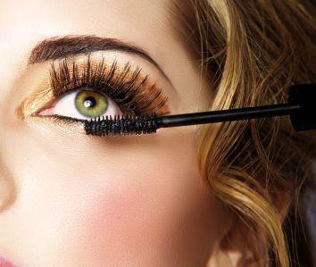 mascara-applying1