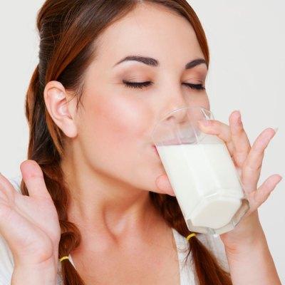 woman-drinking-milk-700