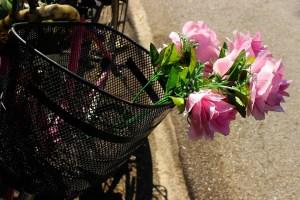 Cadouri de 8 martie: Un buchet de flori și…