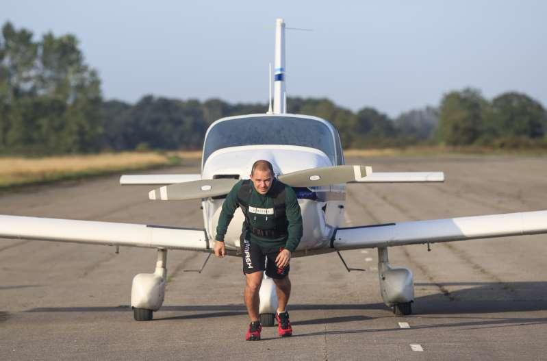 Un campion la kickbox încearcă să parcurgă un maraton cu un avion în spate