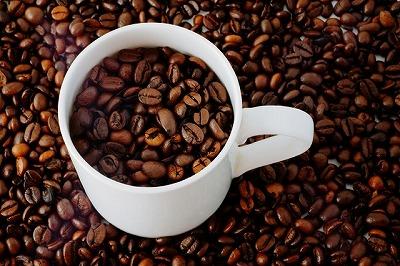 「デカフェ」はカフェインを含まないコーヒー豆のことで、デカフェで抽出したコーヒーはもちろんカフェインレスコーヒーとなります
