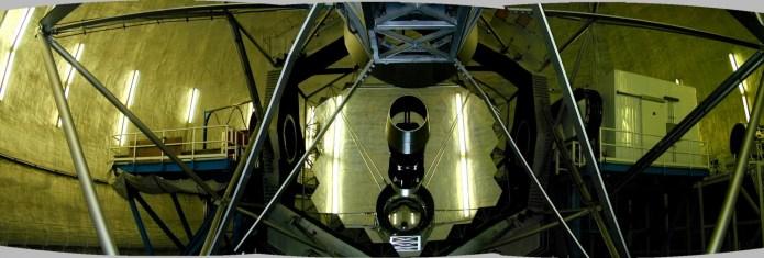 Zwierciadło główne teleskopu Keck'a wykonane z 36 mniejszych, heksagonalnych elementów.