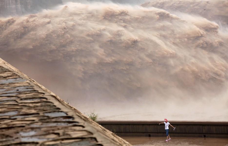 china-flooding-girl-935-1