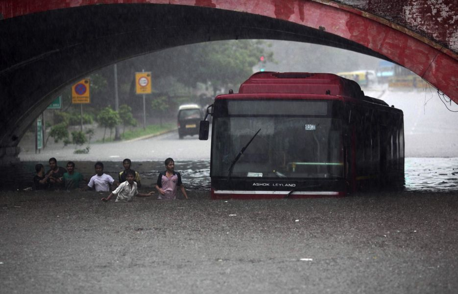 monsoon-india-bus-flooding-935