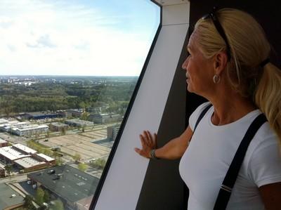 Mamma tittar på utsikten.