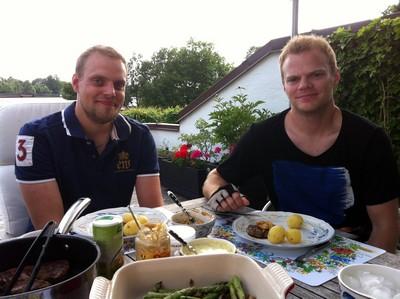 L och lillebror äter middag.