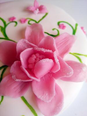 Blomma, gjord av socker och dekorerad med socker...