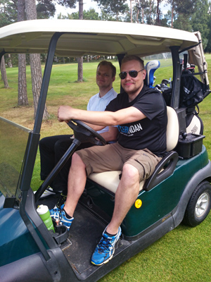 L och lillebror i golfbilen.