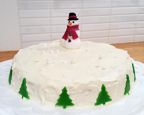 Jultårta med red velvet cake fylld med whipped cream cheese frosting och rårörda hallon.