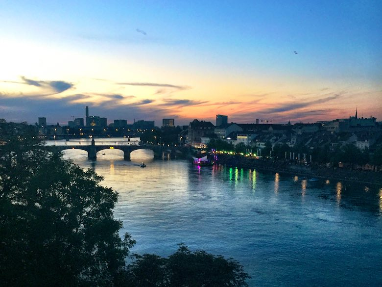 Sunset above the Middle Bridge in Basel, Switzerland, de ideal stop tijdens een autovakantie met de kinderen naar Italië