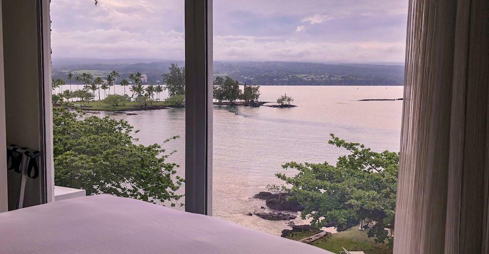 Uitzicht over Hilo Bay vanuit onze hotelkamer in het Grand Naniloa Hotel op Big Island