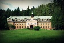 "Verlassenes Kindersanatorium in Jetřichovice (erinnert stark ans ""Grand Budapest Hotel"")"