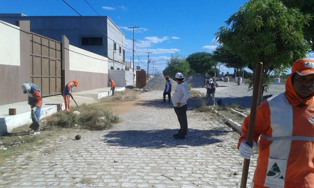 Capinação e retirada de lixo e entulhos das vias públicas (Foto: Erivan Silva)