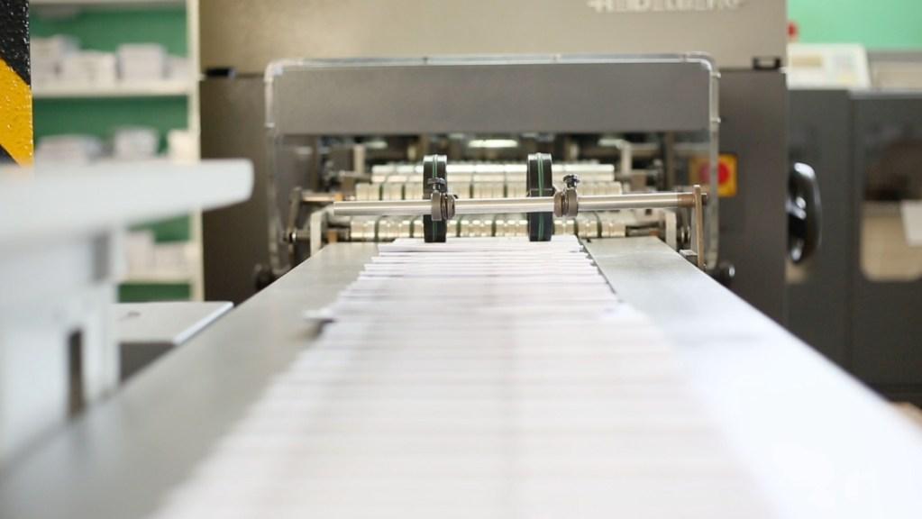 Serviços de pós impressão - acabamentos: termo-estampagem, plastificação, verniz uv, cortantes personalizados