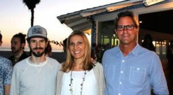 De izquierda a derecha: Brad de Linkin Park, Kimberly de Music for Relief y Serge Dedina de WC/CS