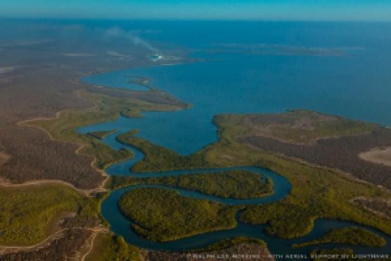 Canales rodeados de manglar en Bahía Magdalena, B.C.S. Al fondo, la planta termoeléctrica en la comunidad de San Carlos.