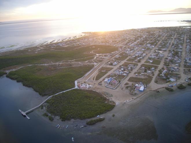 La comunidad de Puerto San Carlos, Bahía Magdalena, desde el aire.