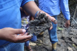 El lodo que salió en los primeros días desde el fondo del cráter se ha convertido en piedra.