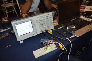 El osciloscopio y la programadora, que mandan los datos a la computadora, registran en el servidor para finalmente enviar los datos a los celulares de los trabajadores en tiempo real.