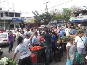 Locatarios del Morelos salieron a vender a las calles, en protesta.