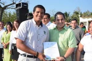 Entregó reconocimientos a alumnos del ITESCO que destacaron en competencias internacionales.