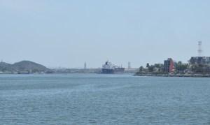 Momentos en que el buque tanque está arribando a los muelles de Pajaritos.