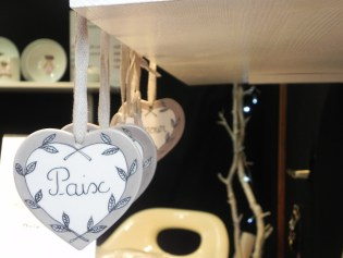 Mercado de Navidad de Niza figuras Paz Amor