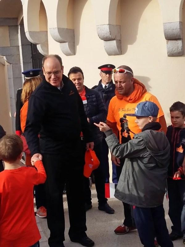 El Príncipe Alberto saluda a los niños.  Foto: Eddy Gaugey