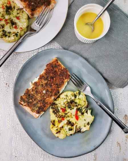 Somon cu crustă și conopidă la cuptor