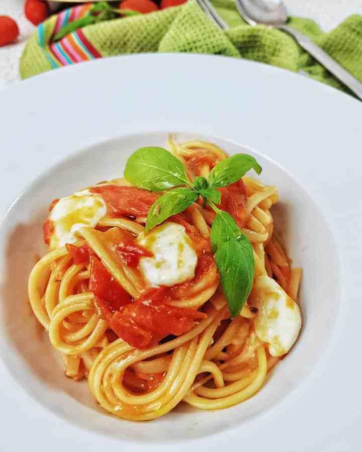 Linguine cu roșii cherry și mozzarella