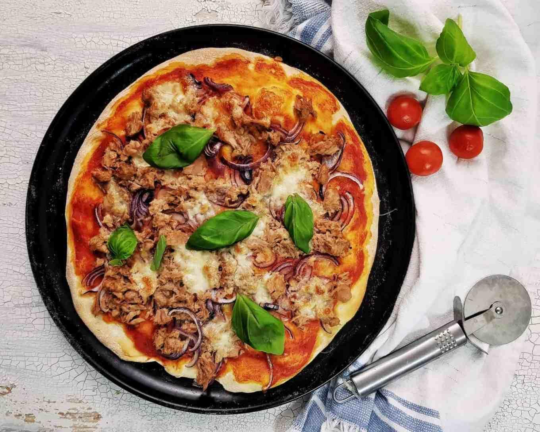 Pizza cu ton și ceapă