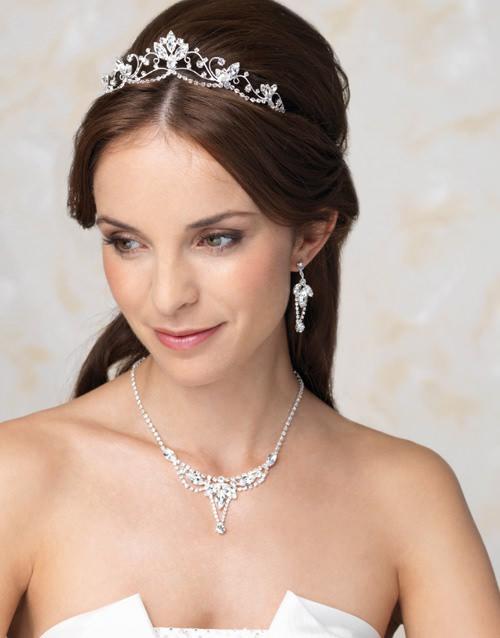 Gaya Rambut Yang Paling Indah Dengan Mahkota Pernikahan Diadem Di