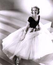 Grace Kelly dans sa robe dessinée par Edith Head