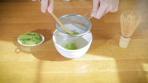 Préparer thé vert matcha tamis