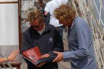 Jeff montre à Staffan les pages concernant la longue restauration entreprise à Stockholm