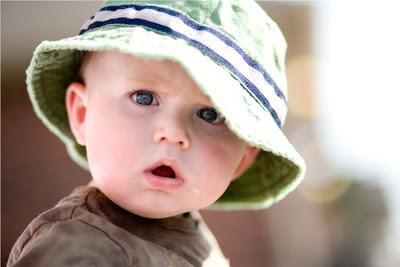 bébé avec un chapeau d'été
