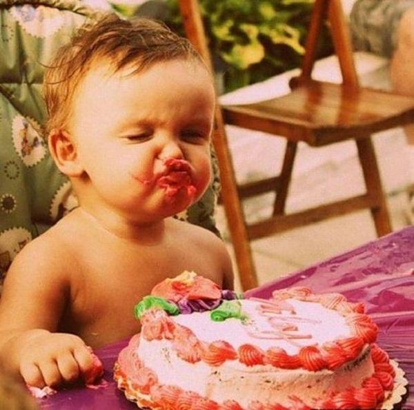 premier anniversaire de bébé avec son gâteau de fête