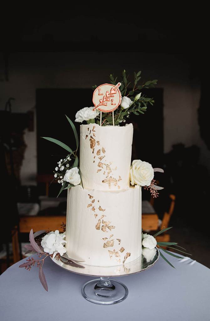 White-and-Gold-Wedding-Cake-with-Cake-Topper-Weiß-Gold-Hochzeitstorte-mit-Cake-Topper (11)