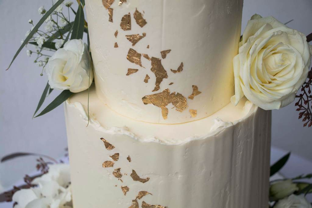 White-and-Gold-Wedding-Cake-with-Cake-Topper-Weiß-Gold-Hochzeitstorte-mit-Cake-Topper (9)