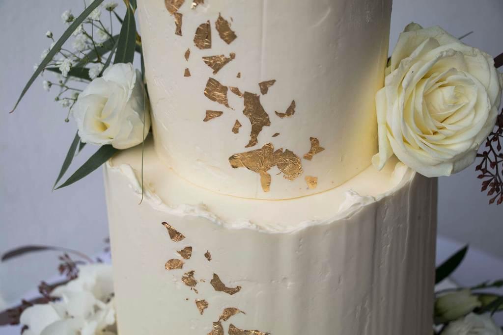 White-and-Gold-Wedding-Cake-with-Cake-Topper-Weiß-Gold-Hochzeitstorte-mit-Cake-Topper (9)