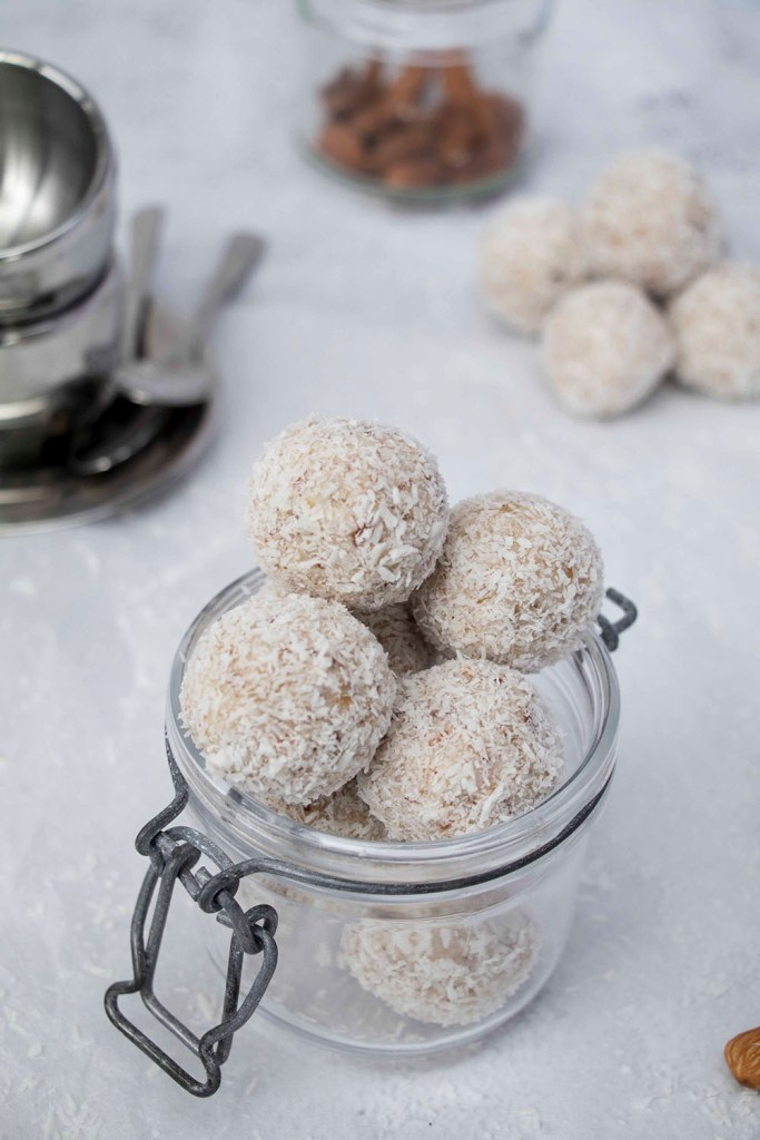 healthy-coconut-balls-homemade-raffaello-recipe-gesunde-kokosbällchen-zuckerfreie-Raffaello-kugeln (4)