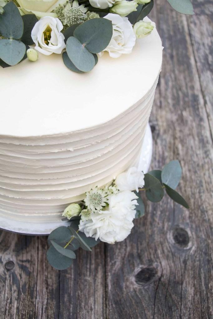small-wedding-cake-elegant-romantic-kleine-hochzeitstorte-mit-blumen (10)