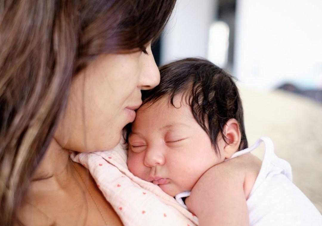 Moment de tendresse bébé et maman rec