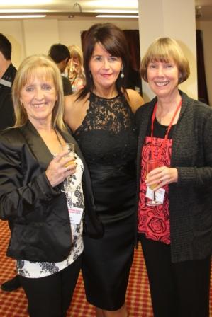 Maggie Gallagher en compagnie de Chris Hodgson et Vivienne Scott